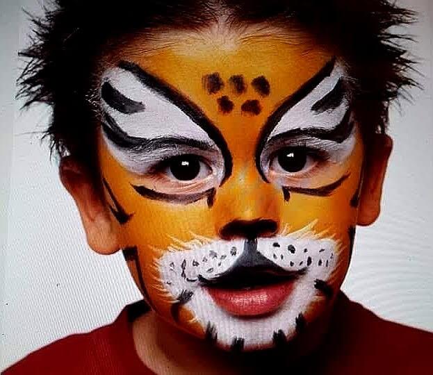 Niño pintacara tigre